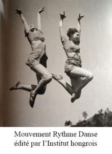 Photo noir et blanc de deux jeunes femmes sautant en l'air les bras levés au ciel