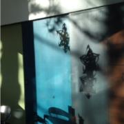 Photo d'intérieur avec des bandes de couleur sur un mur