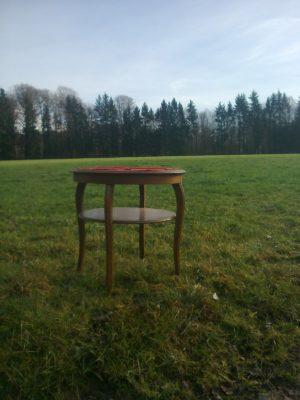 Photo d'une petite table posée au milieu d'un gazon