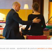 Photo de Clément Cornet, ajustant la posture d'une pratiquante, de dos