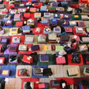 Photo en plongée du tapis de coussins de méditation couvrant la salle Wagram pendant un évènement de l'École occidentale de méditation, fondée par Fabrice Midal