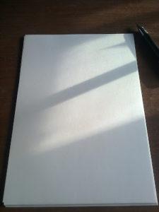 Photo en gros plan d'une grande feuille blanche posée à plat
