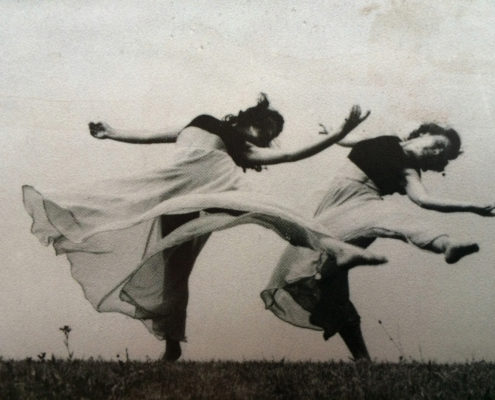 sur une photo ancienne en noir et blanc, deux danseuses sont en rythme. On sent comme un souffle dans leur danse, elles sont à l'extérieur, peut-être dans un champs.