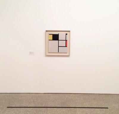 Photo d'un tableau de Mondrian, prise à une certaine distance