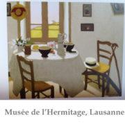 Peinture de Marius Borgeaud, montrant une table ronde nappée et où le thé est préparé pour deux personnes, deux chaises, et derrière une fenêtre
