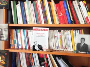 """Photo du livre de François Roustang, """"Jamais contre, d'abord"""", posé de face sur une étagère de bibliothèque"""