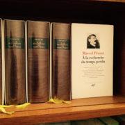 Photo de l'oeuvre de Proust dans son édition de La Pleïade, les différents livres rangés l'un à côté de l'autre