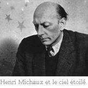 Photo d'Henri Michaux, devant un papier peint étoilé