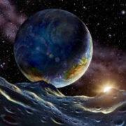 Image vue du sol lunaire de notre planète, la Terre, illuminée tout à droite par le Soleil