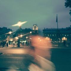 Photo d'une rue de Bruxelles, la nuit