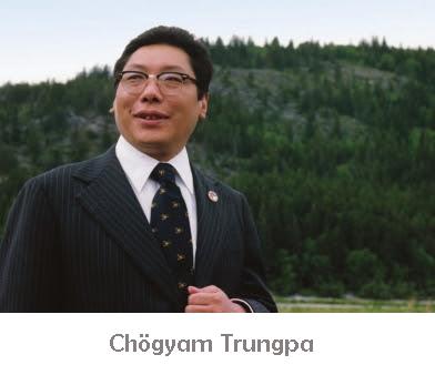 Photo de Chogyam Trungpa en costume sombre devant une colline verte et boisée