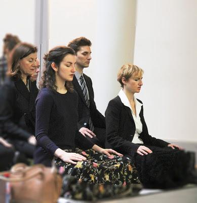 Photographie de méditants de l'École occidentale de méditation, fondée par Fabrice Midal