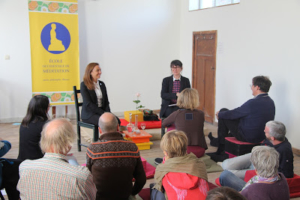 Photo d'une réunion de pratiquants de l'École occidentale de méditation, fondée par Fabrice Midal, à Bruxelles, animée par Marine Manouvrier et Marie-Laurence Cattoire