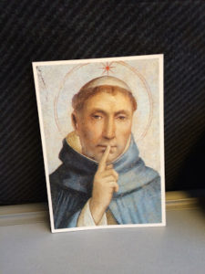 Reproduction de l'image d'un Saint, un doigt sur les lèvres