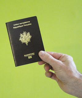 Image d'un passeport tenu à la main, sur fond vert