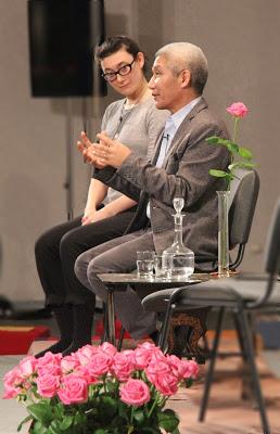 Photo de Thupten Jinpa et d'Anne Fischler, assis de profil, lors d'une soirée de l'École occidentale de méditation, fondée par Fabrice Midal