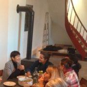 Photo de Clarisse Gardet, intervenante à l'École occidentale de méditation fondée par Fabrice Midal, partageant un repas avec des membres de l'École à Bruxelles