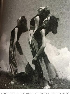 Photo noir et blanc de trois jeunes femmes de profil, le corps arqué en avant, la tête légèrement tournée vers la gauche