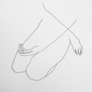 Dessin représentant les membres d'un être humain assis à genoux, les bras lâchement croisés sur le haut de la cuisse gauche