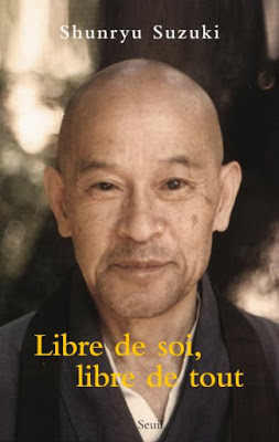 """Image de la couverture du livre """"Libre de soi, libre de tout"""" de Shunryu Suzuki, où est reproduite une photo de l'auteur"""
