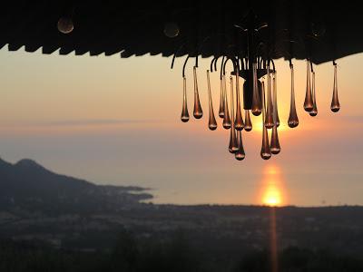 Photo d'un lustre sur fond de soleil couchant à l'horizon