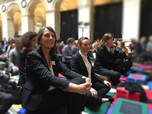 Photo de pratiquants de l'École occidentale de méditation, fondée par Fabrice Midal, prise lors d'un grand évènement de la communauté
