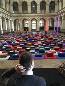 Image d'une salle remplie de coussins de méditation