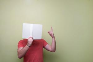 Un homme en polo rouge a le visage caché par un d'expert
