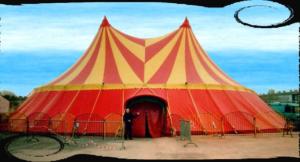 Photo d'un beau chapiteau de cirque rouge et jaune à deux pointes