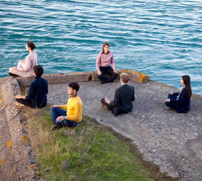 photo de méditants au bord de la mer