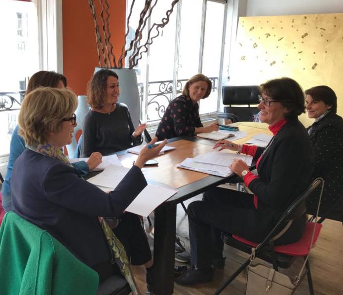 Photo d'un groupe de travail de l'Institut d'études méditation et thérapie, au sein de l'Ecole occidentale de méditation fondée par Fabrice Midal