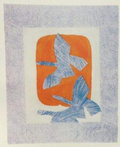 Lithographie de Georges Braque représentant trois oiseaux bleus s'envolant sur un fond bleu clair, blanc et orange.