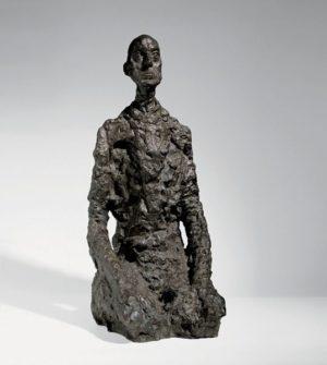 Photographie d'une sculpture d'Alberto Giacometti représentant un buste d'homme assis.