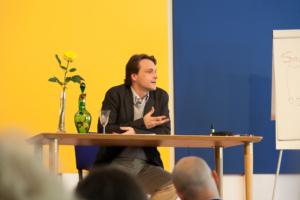 """Photo d'Alexis Lavis, philosophe et enseignant à l'École occidentale de médiation, fondée Fabrice Midal, donnant un enseignement au séminaire d'avril 2018 """"Narcisse, un modèle pour notre XXIe siècle"""""""