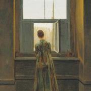 Tableau montrant une femme de dos dans l'embrasure d'une fenêtre.