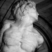 Photographie de la partie supérieure de la sculpture de Michel-Ange, L'Esclave rebelle.