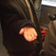 Photographie d'une main d'enfant tendue vers l'avant.