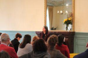 Photo de Dominique Sauthier enseignant aux Salons à Genève, dans le cadre de l'École occidentale de méditation fondée par Fabrice Midal