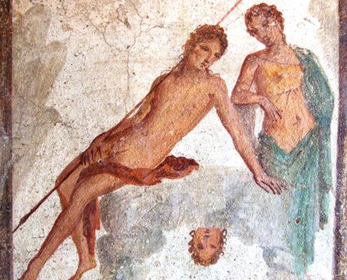 Fresque de Pompéi montrant Narcisse assis sur un rocher, avec le reflet de son visage au pied du rocher et Écho se tenant à ses côté.
