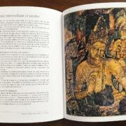 """Photographie d'un livre ouvert avec, sur la page de gauche, un portrait de Padmapani et à droite un texte explicatif intitulé """"L'amour bienveillant et tendre"""""""