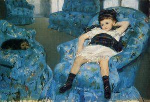Tableau de Mary Cassatt montrant une petite fille et un petit chien allongés dans un fauteuils bleus