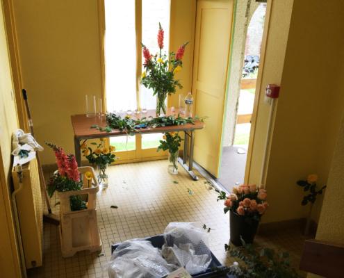 Photographie d'un atelier de confection de bouquet de fleurs.