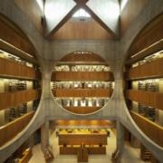 Photographie de l'atrium central de la bibliothèque d'Exeter de Louis Kahn.