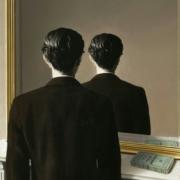 Tableau de René Magritte montrant un homme vu du dos qui, se regardant dans un miroir, se voit de dos au lieu de se voir de face.