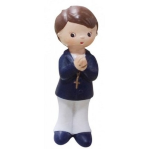 Fugure d'enfant debout portant une croix autour du cou et les mains jointes