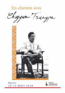 Affiche montrant sur un fond blanc Chögyam Trungpa assis dans une position détendue