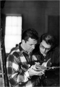 Photo d'Alan Ginsberg et de Jack Kerouac lisant un livre ensemble