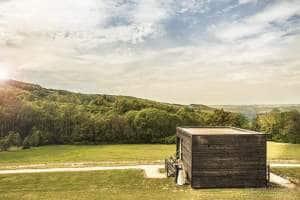 Photo de la propriété de la Bastide de Jaillans montrant une cabane et le paysage alentour