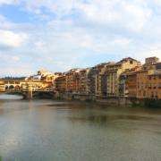 Vue de Florence avec le ponte vecchio passant au-dessus de l'Arno