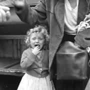 Photographie de Vivian Maier d'une petite fille pleurant.